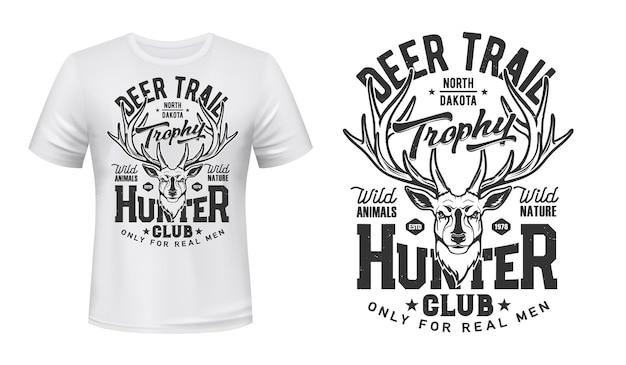 Tshirt stampata con cervi, mascotte, hunter club. testa di renna su abbigliamento bianco.