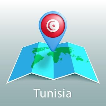 Mappa del mondo di bandiera tunisia nel pin con il nome del paese su sfondo grigio