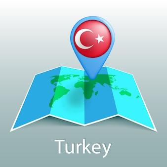 Mappa del mondo di bandiera della turchia nel pin con il nome del paese su sfondo grigio
