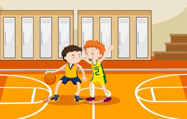 Due ragazzi che giocano a basket in palestra