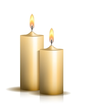 Due candele accese su sfondo bianco.