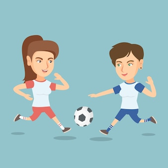 Due calciatori caucasici che combattono per una palla.