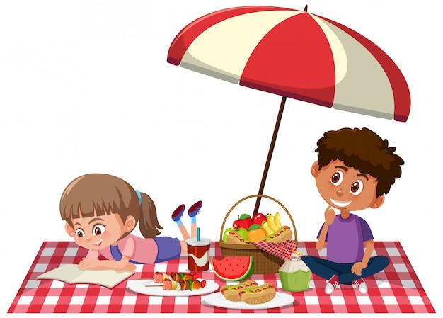Due bambini che hanno picnic su fondo bianco