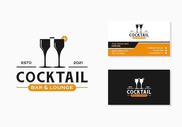 Due bicchieri e una bottiglia, un cocktail bar e un logo del segno della lounge e un modello di progettazione del biglietto da visita