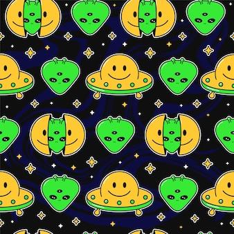 Due metà del viso sorridente con alieno all'interno, modello senza cuciture ufo. illustrazione del personaggio dei cartoni animati di doodle disegnato a mano di vettore. faccina sorridente, alieno in testa stampa per t-shirt, poster senza cuciture concept