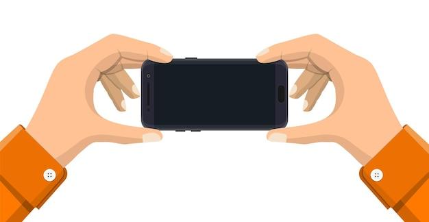 Due mani che tengono lo smartphone mobile