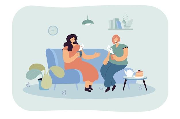 Due donne felici sedute su un comodo divano con bevande calde. illustrazione piatta