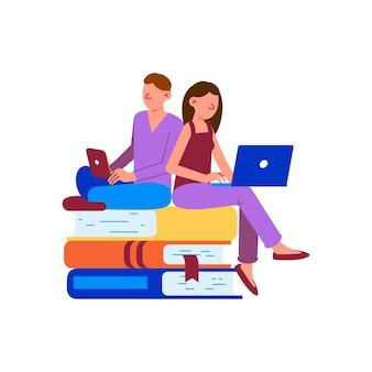 Due persone che studiano online con laptop seduti su una pila di libri piatti