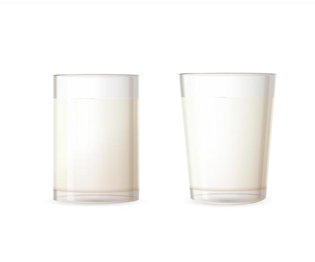 Due vetri lucidi realistici pieni di latte su bianco