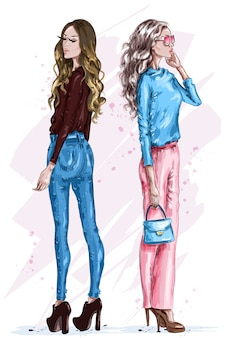 Due belle donne alla moda in vestiti di moda