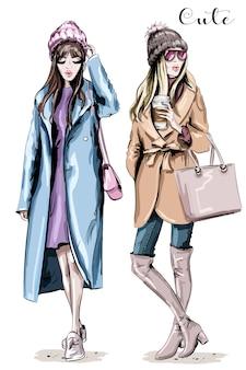 Due belle donne alla moda in abiti invernali