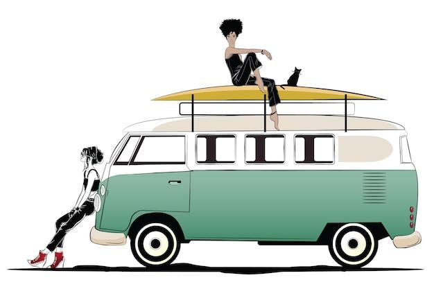 Due ragazze alla moda e autobus verde.