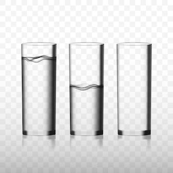 Due bicchieri trasparenti di acqua pura e un bicchiere vuoto