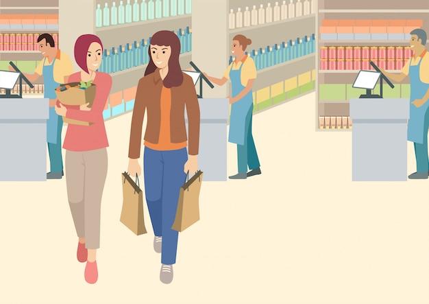 Due donne che hanno una chiacchierata chiacchierano al supermercato