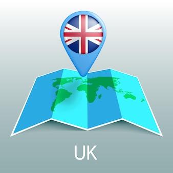 Mappa del mondo di bandiera del regno unito nel pin con il nome del paese su sfondo grigio
