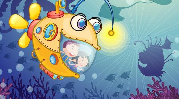 Scena subacquea con bambini felici in sottomarino che esplorano il sottomarino