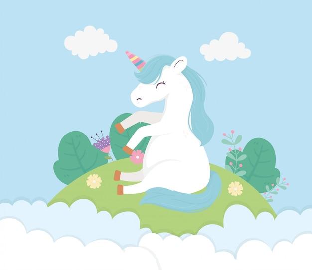 Unicorno seduto in prato fiori nuvole cielo fantasia sogno magico illustrazione simpatico cartone animato