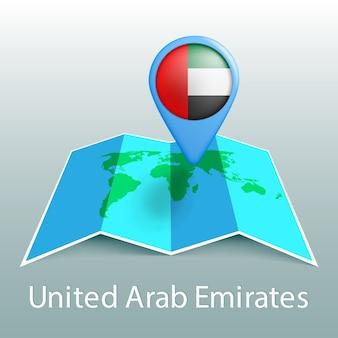 Mappa del mondo di bandiera degli emirati arabi uniti nel perno con il nome del paese su sfondo grigio