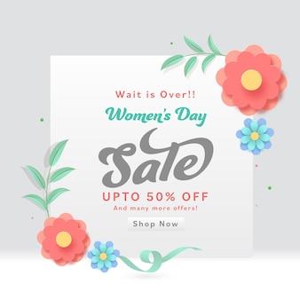 Fino al 50% di sconto per il design di banner di vendita per la festa della donna decorato con fiori e foglie di carta.