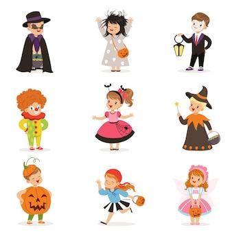 Ute bambini piccoli felici in diversi costumi di halloween colorati impostati, bambini di halloween dolcetto o scherzetto illustrazioni su uno sfondo bianco