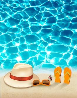 Fondo di vacanza con mare blu, un cappello e occhiali da sole.