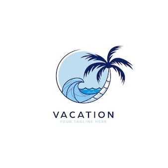 Mare della spiaggia di vacanza con l'illustrazione dell'icona del logo della palma e delle onde blu