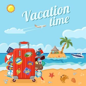 Vacanze, turismo e concetto di estate. spiaggia con una valigia, una carta, un granchio, una stella marina e un'isola con bungalow e palme, barca e aeroplano.