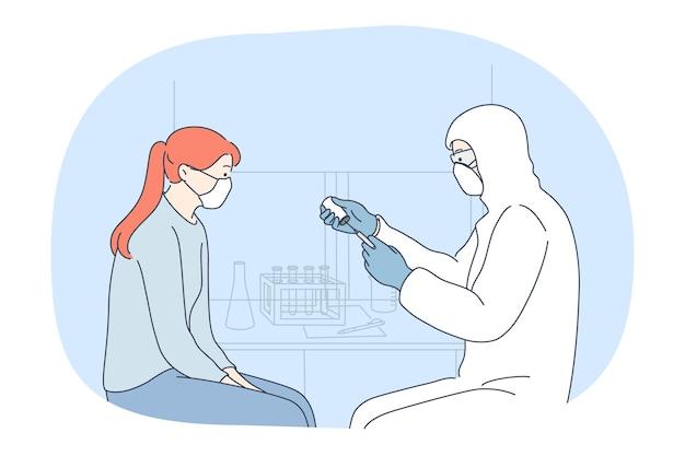Vaccinazione, epidemia di infezione da coronavirus, concetto di maschera facciale protettiva. dottore in costume protettivo tenendo la siringa con vaccino contro covid-19 e pronto a fare la vaccinazione per la paziente ragazza