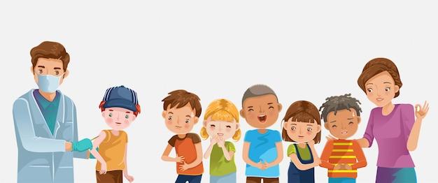 Vaccino bambino. il medico tiene un ragazzo di vaccinazione per iniezione.