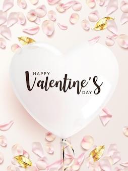 Sfondo di san valentino. palloncino a forma di cuore bianco con petali di rosa rosa, foglie dorate.