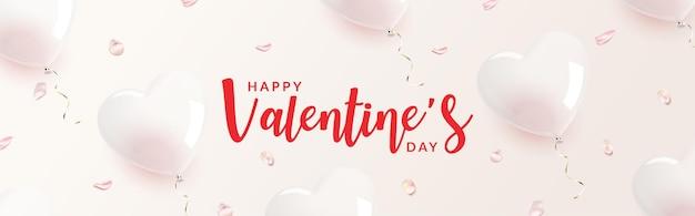 Banner di san valentino. palloncino trasparente a forma di cuore con petali di rosa rosa su fondo bianco.