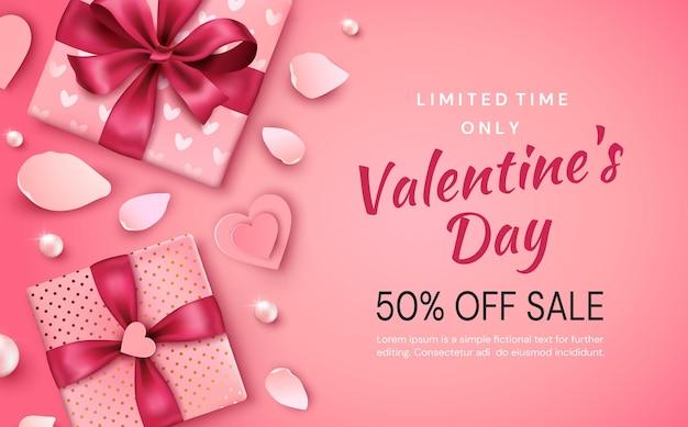 Banner di promozione di san valentino. composizione con doni, cuori e petali