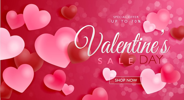 Bandiera di concetto di vendita di san valentino con palline di vetro a forma di cuore su sfondo rosso