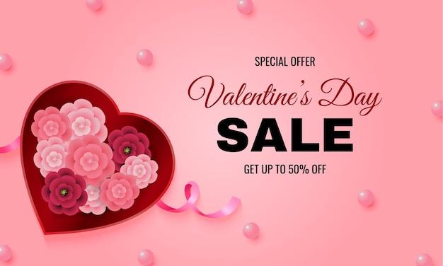 Offerta di vendita di san valentino per banner del sito web decorato con scatola a forma di cuore piena di fiori di carta e perle rosa. Vettore Premium