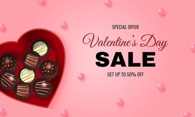 Banner di sito web rosa di vendita di san valentino. scatola regalo a forma di cuore realistico riempita con cioccolato al tartufo.