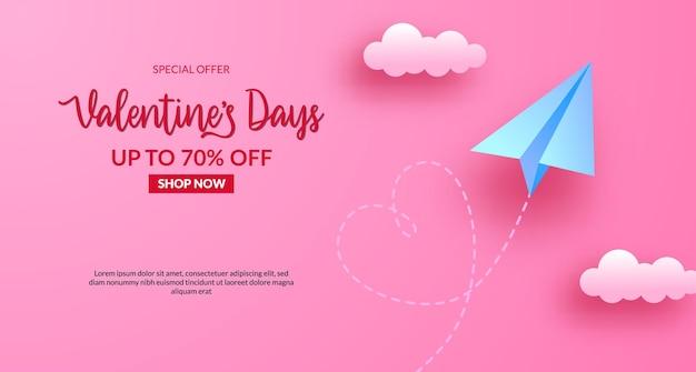 Banner di vendita di san valentino con aeroplano di carta vola nel cielo. illustrazione di stile taglio carta. sfondo rosa pastello