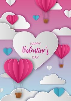 Saluto di san valentino con nuvole di carta e mongolfiere a forma di cuore