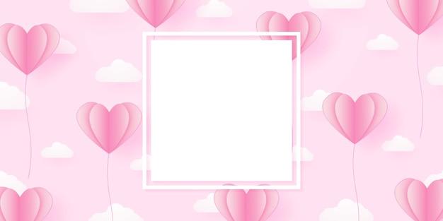 Modello di san valentino per il concetto di amore palloncino a forma di cuore rosa che galleggia nel cielo con nuvole