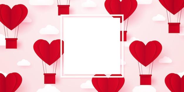 Modello di san valentino per il concetto di amore mongolfiere a forma di cuore rosso che galleggiano nel cielo