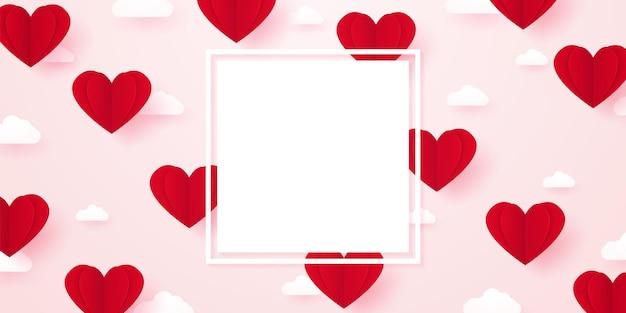 Modello di san valentino per il concetto di amore cuore di carta rossa che galleggia nel cielo con nuvole