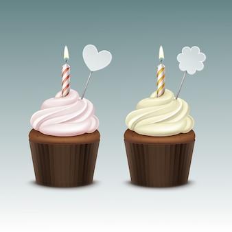Bigné di compleanno di vettore con panna montata giallo rosa chiaro e una candela