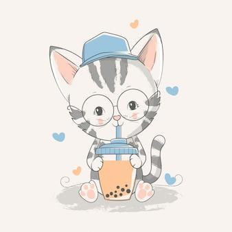 Illustrazione disegnata a mano di vettore di un gattino sveglio del bambino con un tè di ghiaccio.