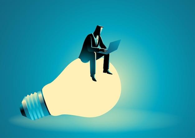 Illustrazione vettoriale di uomo d'affari seduto su una lampadina gigante mentre si lavora su un computer portatile