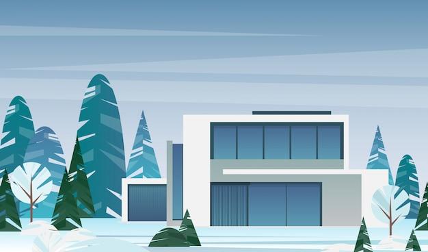 Vector l'illustrazione della casa moderna del cottage nella foresta dell'inverno, il concetto della villa, la casa intelligente per la famiglia nello stile piano.