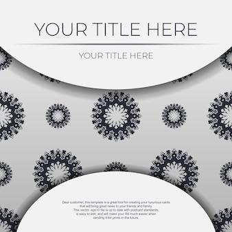 Modello di carta di invito vettoriale con posto per il tuo testo e ornamenti vintage. cartolina bianca con ornamento greco.