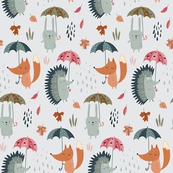 Il modello senza cuciture di vettore con gli animali selvatici della foresta disegnata a mano con gli ombrelli lascia gli alberi