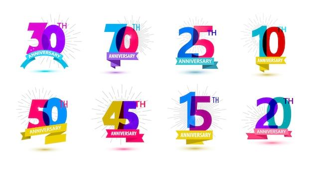 Insieme di vettore delle composizioni delle date dell'anniversario con le etichette del logo di compleanno degli anni dei nastri isolate