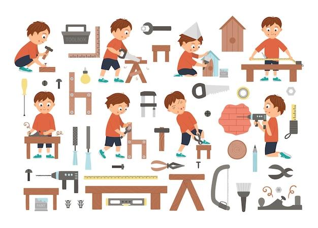 Insieme di vettore dei ragazzi che fanno falegname, costruzione o lavori in legno e strumenti. personaggio piatto e divertente di un bambino che sega, inchioda, misura, fora un muro, avvita, lavora con l'aereo, dipinge una scatola di nidificazione.