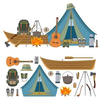 Insieme di vettore degli oggetti e degli strumenti di campeggio isolati. attrezzatura da campo, tenda turistica, barca, zaino, fuoco, chitarra.