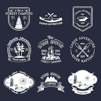 Insieme di vettore dei loghi di campeggio d'epoca. raccolta di segni retrò di avventure all'aria aperta. schizzi turistici per emblemi o distintivi.